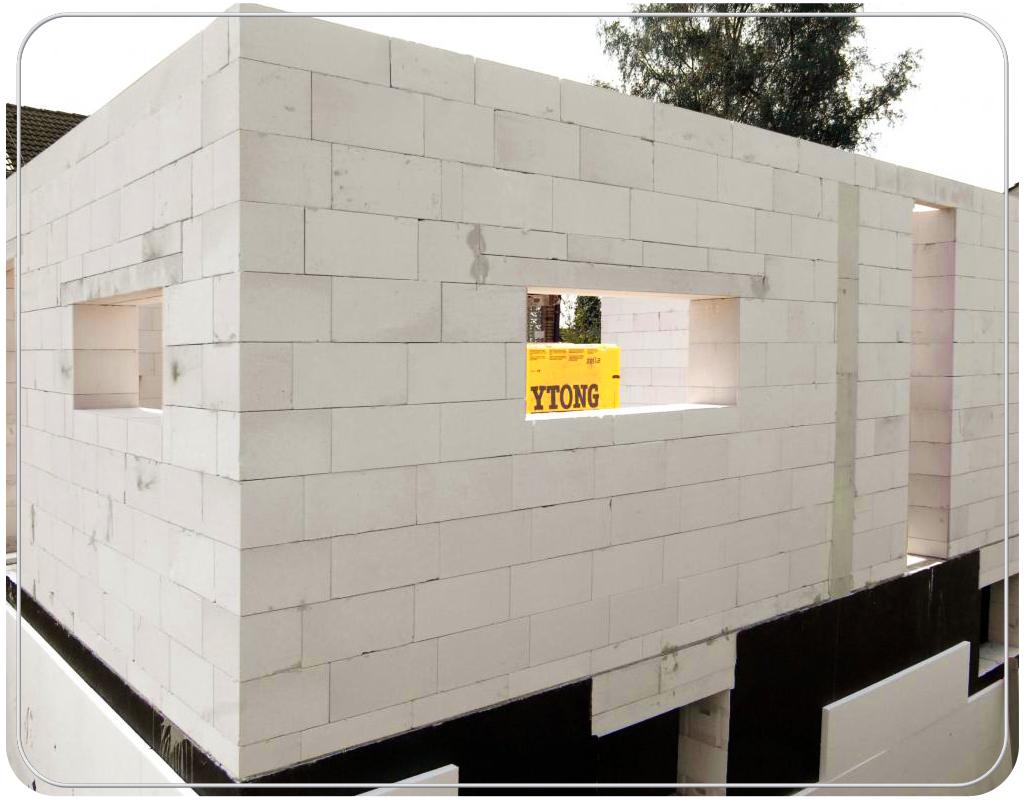 Надо сказать, что по сравнению с кирпичом, возведение дома из пеноблоков будет гораздо дешевле, притом, что стены этого дома будут толщиной не менее