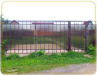 Поликарбонат очень экологичен, потому что он является инертным материалом, что немаловажно для вашего жилья и сада. Он абсолютно безопасен для людей, домашних животных, садовых растений и не выделяет в окружающую среду никаких вредных веществ.  Ещё одной уникальной чертой забора из поликарбоната является способность поглощать шумы. Это очень пригодится там, где нужно «укрыться» от звуков с проезжей части или с соседского участка.  Металлический забор со временем тускнеет и теряет цвет. Деревянный забор нужно время от времени перекрашивать. Все эти беды обходят стороной забор из поликарбоната: достаточно изредка протирать его от пыли или проходить водой из поливочного шланга и  много лет забор будет выглядеть как новенький.